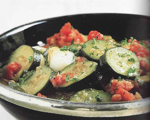 Plat de courgettes orientales à la tomate